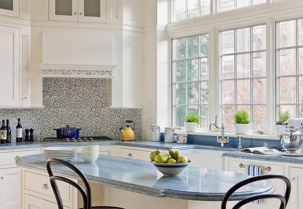 Белая кухня с мозаикой дизайн